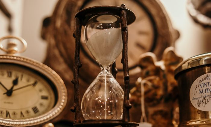 1595245726_shallow-focus-of-clear-hourglass-1095601.jpg